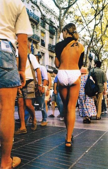 Noia amb el vestit aixecat - La Rambla, Barcelona - 2010