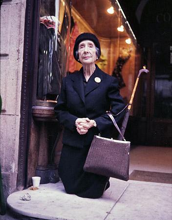 Senyora captant agenollada - La Rambla, Barcelona - 2010