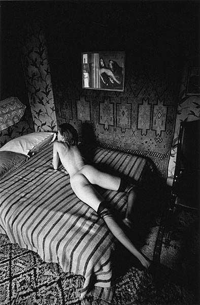 Femme nue sur un lit rayé. Paris, 1976